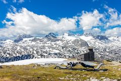 De toeristen ontspannen op berg Stock Foto's