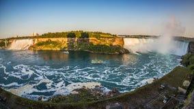 De toeristen op boten om Niagara te zien valt op het sluiten royalty-vrije stock foto's