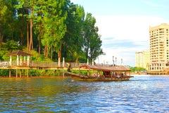 De toeristen op een Traditionele Boot nemen het Zien op de Rivier van Sarawak waar stock afbeeldingen