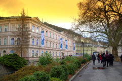 De toeristen op Karlovy variëren straten Stock Foto's
