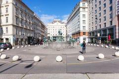 De toeristen op Neuer Markt regelen in Wenen Stock Afbeeldingen