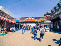 De toeristen op Vissers` s Werf, Pijler 39 in zon lichte undur Bubba Gump ondertekenen Stock Fotografie