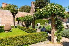 De toeristen rusten in een mooie tuin in de ruïnes van de Baden van Royalty-vrije Stock Fotografie