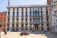 De toeristen rusten op één van de vierkanten in Venetië, Italië Royalty-vrije Stock Foto