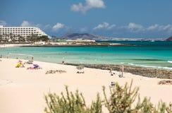 De toeristen rusten op Corralejo-Strand op Fuerteventura, stock foto's