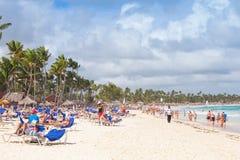 De toeristen rusten op een zandig strand van de toevlucht van Punta Cana Royalty-vrije Stock Fotografie