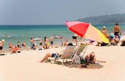 De toeristen rusten op Karon-strand, Thailand Royalty-vrije Stock Afbeelding