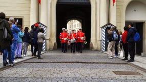 De toeristen schieten de wacht van eerceremonie bij het Kasteel van Praag royalty-vrije stock afbeelding