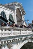 De toeristen spreken aan elkaar op de Rialto-Brug, Grand Canal Stock Foto