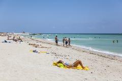 De toeristen sunbath, zwemmen en spelen op Zuidenstrand in het Strand van Miami, F Royalty-vrije Stock Fotografie