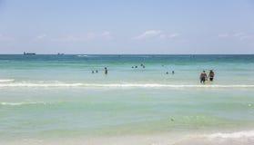 De toeristen sunbath, zwemmen en spelen op Zuidenstrand in het Strand van Miami, F Stock Afbeelding