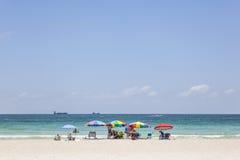 De toeristen sunbath, zwemmen en spelen op Zuidenstrand in het Strand van Miami, F Stock Foto