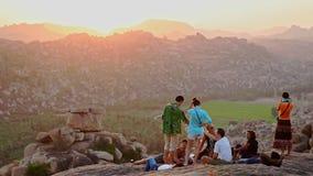 De Toeristen van de achtereindmening op Tempelterras tegen Bergen stock footage