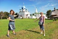 De toeristen van de vrouw in Suzdal (Rusland) royalty-vrije stock afbeeldingen