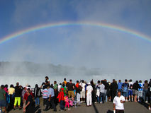 De Toeristen van het Niagara Falls onder een Regenboog Stock Afbeelding