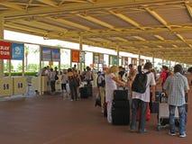 De toeristen van het pakket bij de luchthaven Stock Afbeeldingen