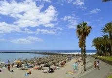 De toeristen van het Playade Las Amerika strand op het strand die van s genieten Stock Foto