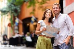 De toeristen van Stockholm koppelen aan kaart in Gamla Stan Stock Afbeeldingen