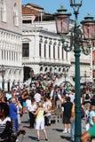 De Toeristen van Venetië op Brug Stock Afbeeldingen