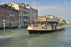 De toeristen in Vaporetto-water vervoeren per bus Stock Foto's