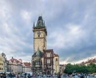 De toeristen verdringen zich Oud Stadsvierkant in Praag Stock Afbeelding