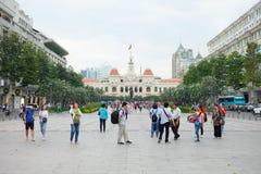 De toeristen verzamelen zich buiten bij het Monument van President ho Chi Minh Statue Royalty-vrije Stock Afbeeldingen