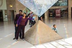 De toeristen verzamelen zich rond omgekeerde piramide in Carrousel DE Louvre, Royalty-vrije Stock Afbeelding
