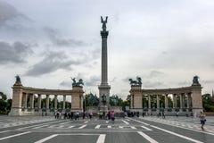 De toeristen verzamelen zich voor het Millenniummonument in Helden` s Vierkant in Boedapest in Hongarije Royalty-vrije Stock Afbeelding
