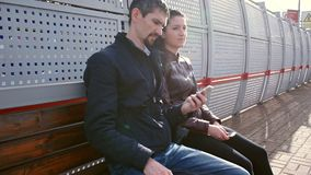De toeristen wachten op trein bij platform en de bespreking stock video