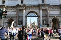 De toeristen wandelen op historische plaatsen in Rome stock fotografie