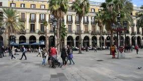De toeristen wandelen in Placa Reial in Spaans Echt Plein, wat betekent het 'Koninklijke Plein 'een vierkant in Barri Gotic is stock footage