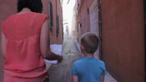 De toeristen werden op de smalle straten van de oude stad worden verloren die stock videobeelden