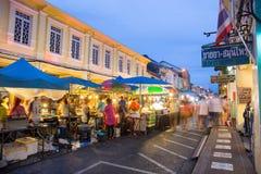 De toeristen winkelen bij nachtmarkt van Phuket Stock Foto's