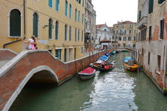 De toeristen worden gefotografeerd op een brug in Venetië, Italië Stock Afbeelding