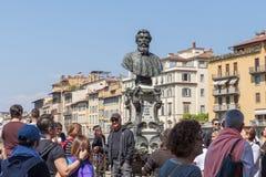 De toeristen zijn naast de mislukking van Benvenuto Cellini op bridg Royalty-vrije Stock Fotografie