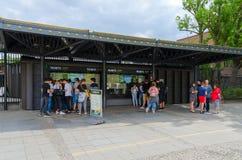 De toeristen zijn op kaartjeskantoren dichtbij ingang aan beroemd Berlin Zoo, Duitsland stock fotografie