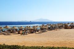 De toeristen zijn op strand bij populair hotel Royalty-vrije Stock Foto