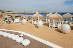 De toeristen zijn op vakantie bij populair hotel Royalty-vrije Stock Afbeelding
