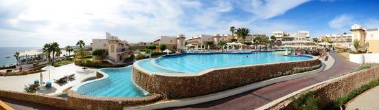 De toeristen zijn op vakantie bij populair hotel Royalty-vrije Stock Foto