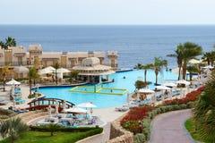 De toeristen zijn op vakantie bij populair hotel Royalty-vrije Stock Foto's