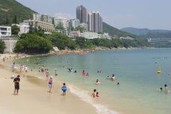 De toeristen zonnebaden bij het de stadsstrand van Stanley in Hong Kong, China Stock Fotografie