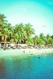De toeristen zwemmen op Siloso-Strand bij Sentosa-eilandtoevlucht royalty-vrije stock afbeelding