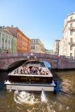 De toeristenboot gaat door het kanaal in St. Petersburg, Rusland Stock Foto
