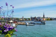 De toeristenboot kruist door Stockholm's oude stad op het beroemde die gebied van Gamla Stan dicht door archaïsch gebouwen word royalty-vrije stock foto