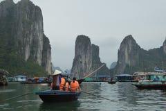De toeristenboten dichtbij de eilanden van Ha snakken baai Vietnam Royalty-vrije Stock Foto's