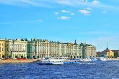 De toeristenboten werden vastgelegd aan de Werf op de Neva-rivier dichtbij Th royalty-vrije stock foto's