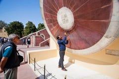 De toeristengids verklaart hoe te om de positie van zon te berekenen Royalty-vrije Stock Foto