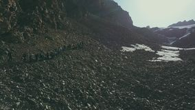 De toeristengroep van de hommelmening de vallei van de wandelingsberg Toeristen op bergensleep stock footage