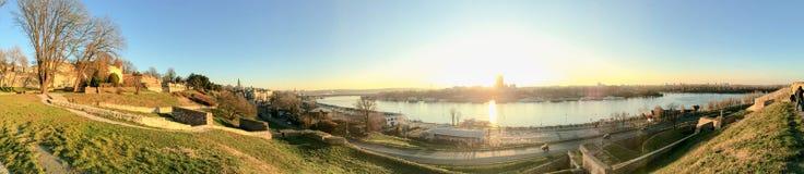 De Toeristenhaven van Belgrado op Sava River With Kalemegdan Fortress en stock afbeeldingen
