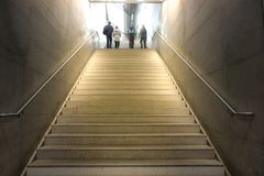 De toeristenmensen gooien het uitgaan van het tredenvertrek van door elkaar metro stock fotografie